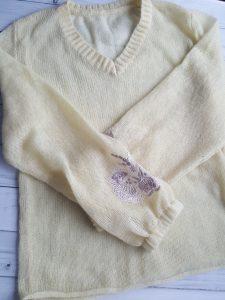 свитер с вышивкой
